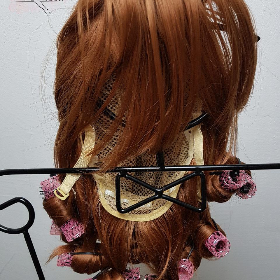 C'est le genre de couleur qu'il faut privilégier à l'intérieur de la perruque de votre poupée